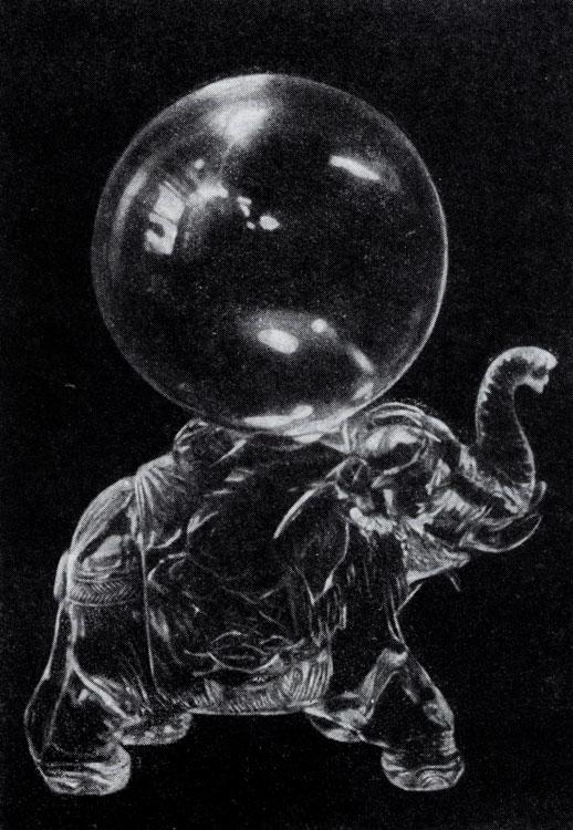 Прозрачный шар из чистейшего горного хрусталя на слоне из такого же хрусталя